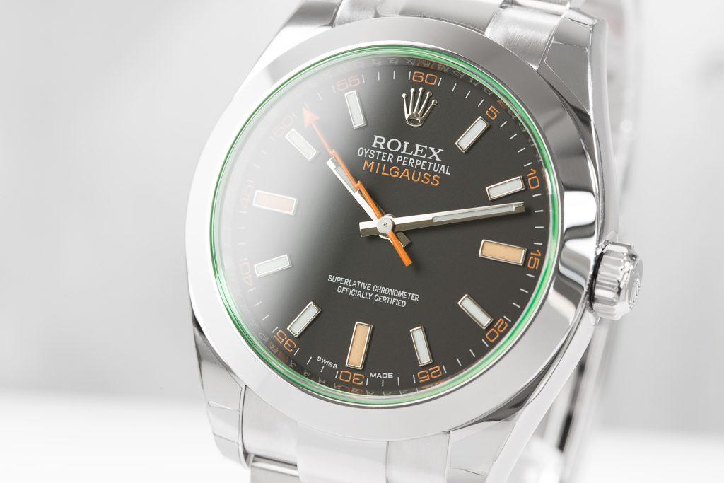 Silberne Rolex Milgaus 116400GV Uhr mit schwarzem Zifferblatt und grauem Hintergrund