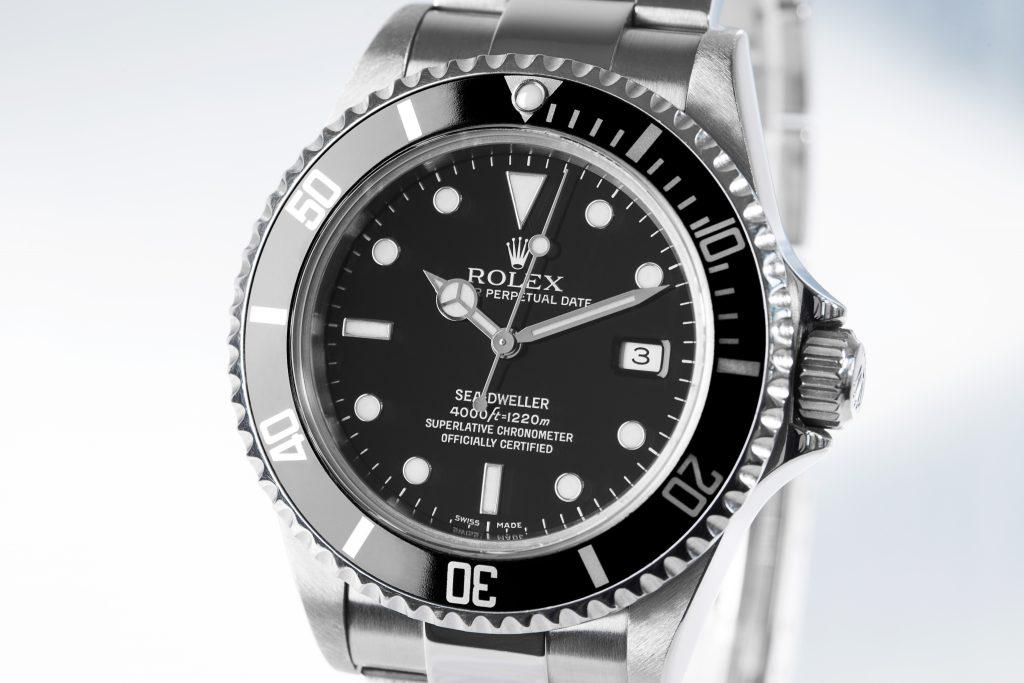 Rolex Sea-Dweller 16600 mit grauem Hintergrund