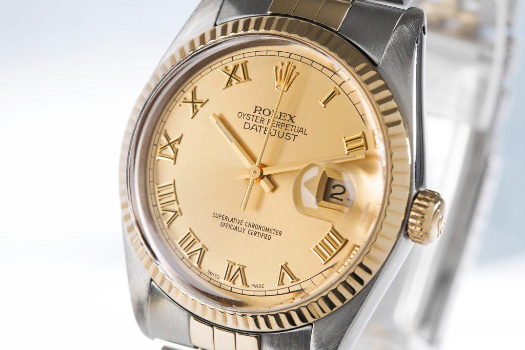 Nahaufnahme einer Rolex Datejust 116233 mit römischen Ziffern und goldenem Zifferblatt