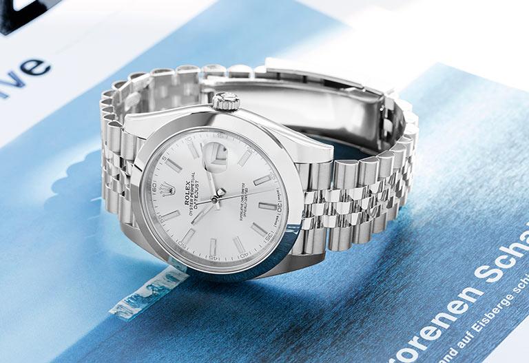 Rolex Datejust en acier & cadran blanc - sur un magazine