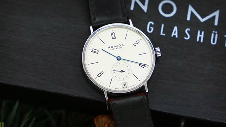 Nomos Glashütte Tangente 38 (Ref. 130)-klocka på Nomos Glashüttes klockskrin