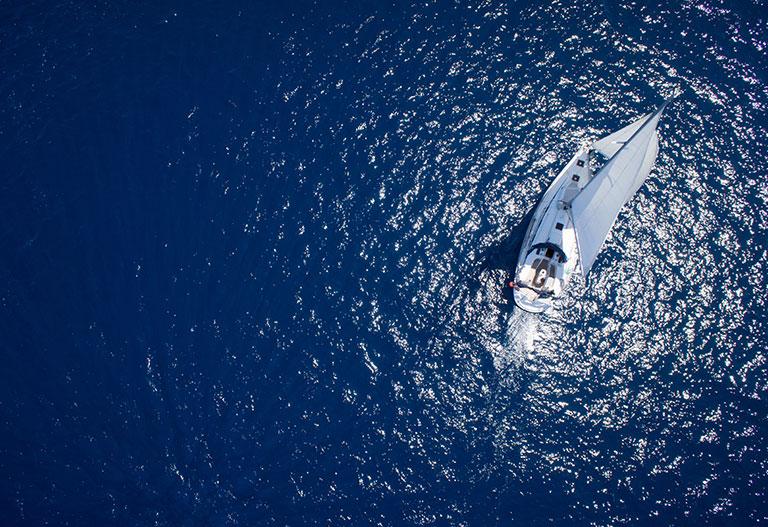 Un bateau à voile vu de dessus