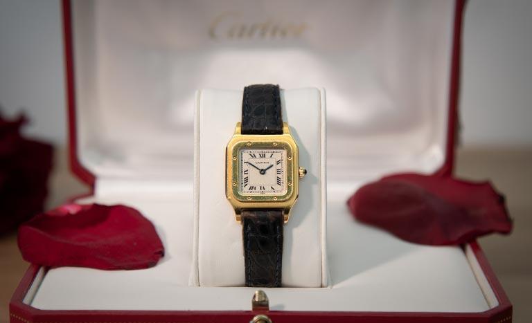 Montre Cartier Santos W20054D6 en boîte avec pétales de rose
