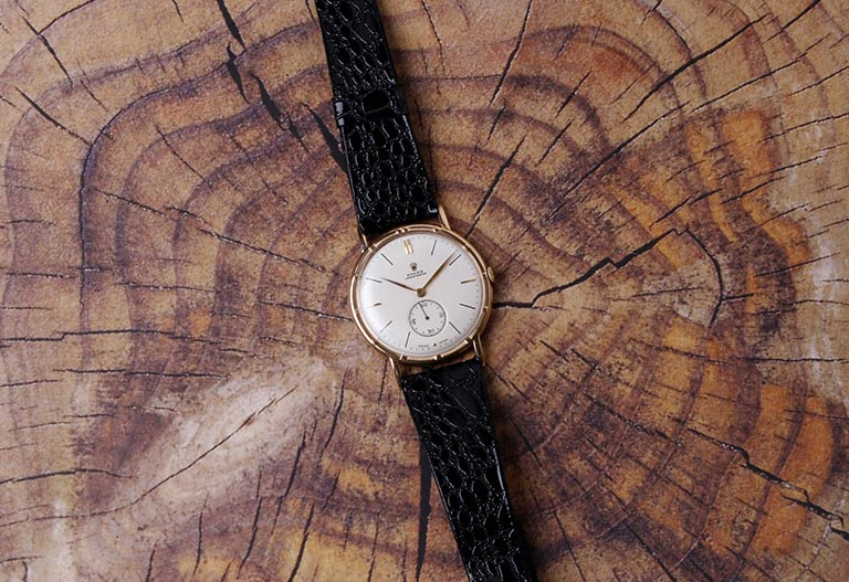 Vintage Rolex Chronometer mit Lederarmband aus den 1930er Jahren auf Holz