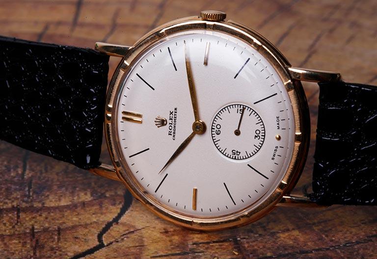 Vintage Rolex Chronometer aus den 1930er Jahren auf Holz aus der Nähe