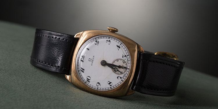 Un Omega reloj con un brazalete de cuero