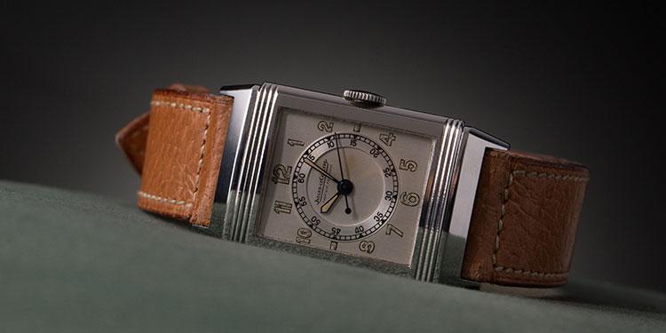 Un Jaeger-LeCoultre reloj con pulsera de cuero sobre fondo verde