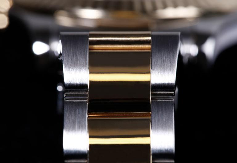 Materiales de Rolex - Detalle de un brazalete hecho de rolesor, que consiste en oro amarillo y acero