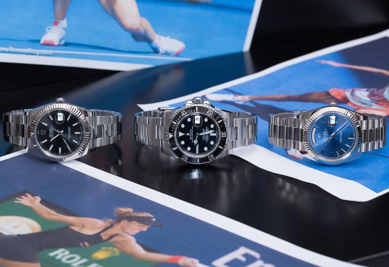 Orologi Rolex Datejust 116139, Submariner 116610LN e Day-Date distesi su una rivista di tennis