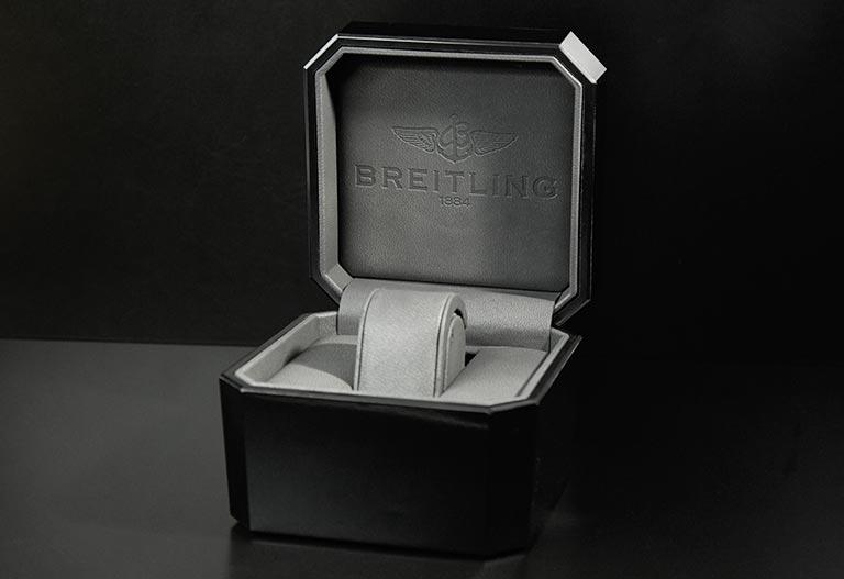 Une boîte Breitling en cuir noir