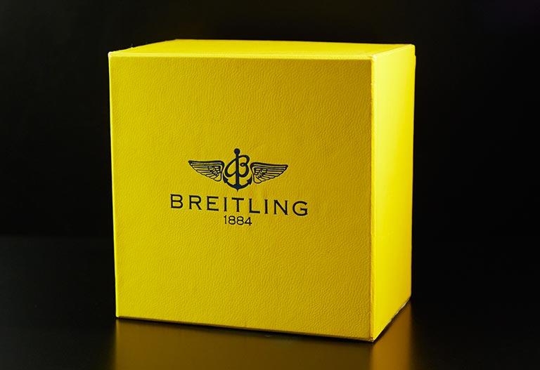 Une boîte Breitling jaune