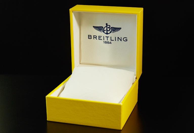 Une boîte Breitling jaune et ouverte