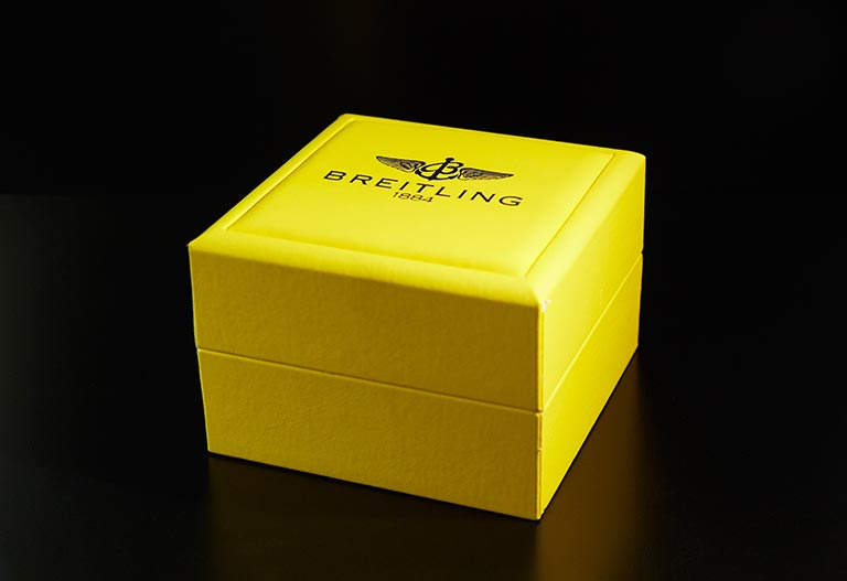 une boite Breitling carré et jaune