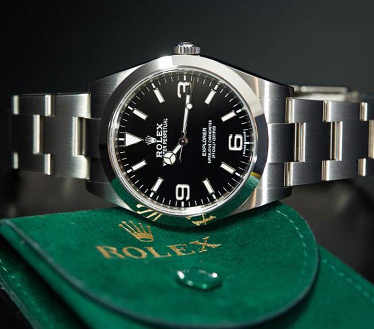 Rolex Explorer 214270 Uhr mit schwarzem Zifferblatt auf grünem Rolex Uhren-Case liegend