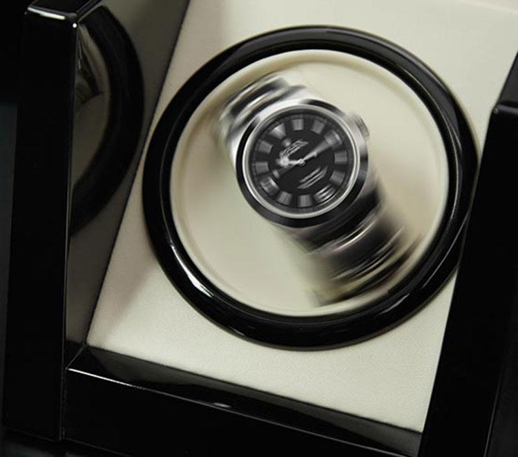 Rolex Uhr mit schwarzem Zifferblatt im Uhrenbeweger