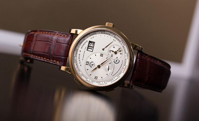 Une montre A. Lange und Söhne Lange 1 Time Zone, posée sur une surface réfléchissante