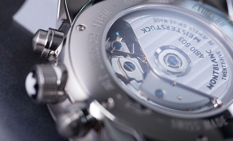 Nahaufnahme der Gehäuserückseite und des automatischen Uhrwerks 4810 503 einer Montblanc Meisterstück