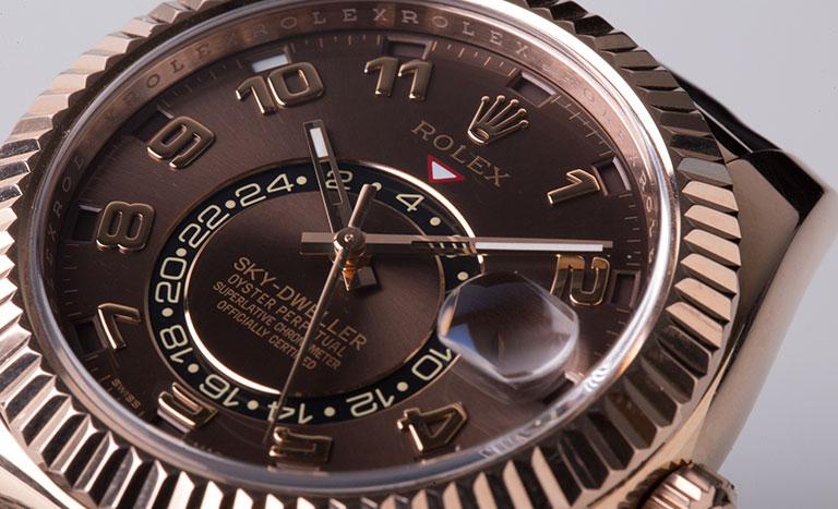 Un reloj Rolex Sky-Dweller 326135 con esfera marrón
