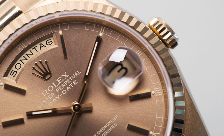 Une Rolex Day-Date 118238 en or jaune avec cadran et index en or à bout portant