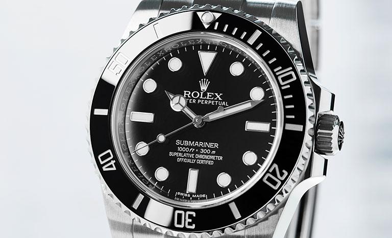 Eine Rolex Submariner mit schwarzem Zifferblatt.