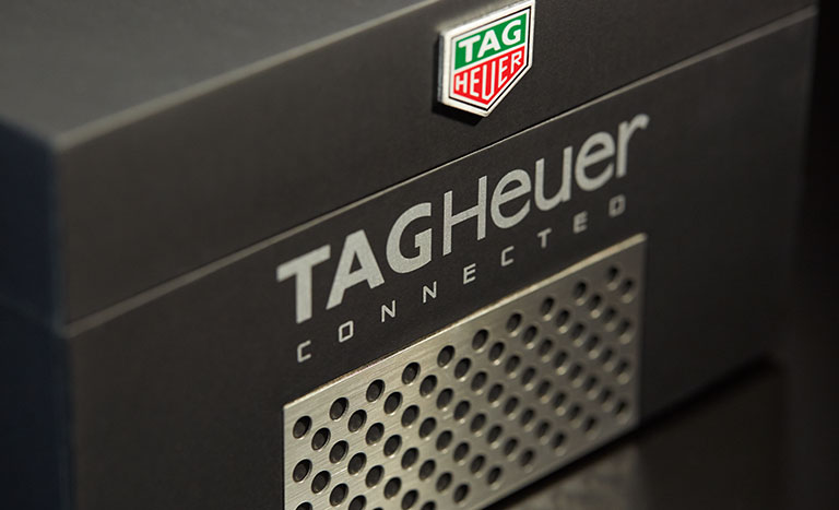 Eine Nahaufnahme einer TAG Heuer Connected Box mit Logo und
