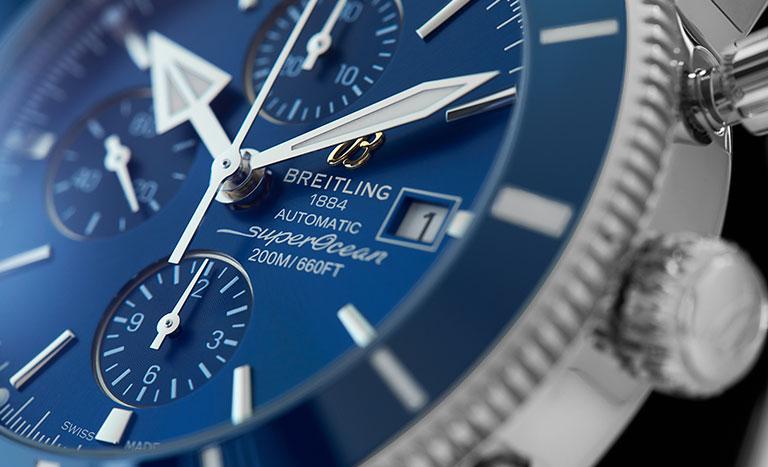 Das blaue Zifferblatt einer Uhr in Nahaufnahme.