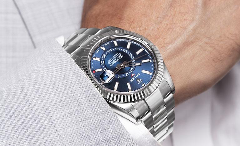 Un reloj Rolex en la muñeca de un hombre de traje