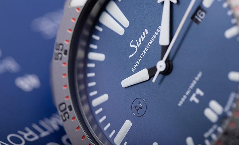 Une montre Sinn T1 B réf. EZM 14 avec cadran bleu