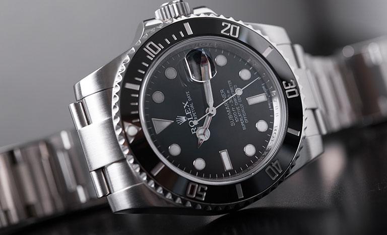 Eine Rolex Submariner auf grauem Hintergrund