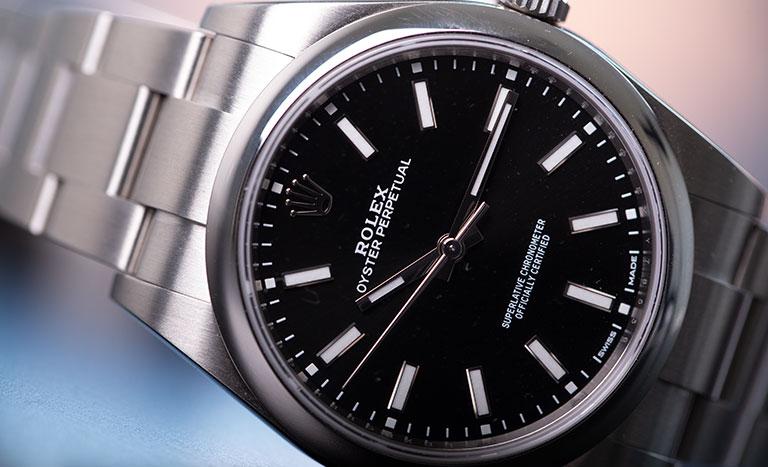 Un orologio Rolex Oyster Perpetual 114300 con quadrante nero
