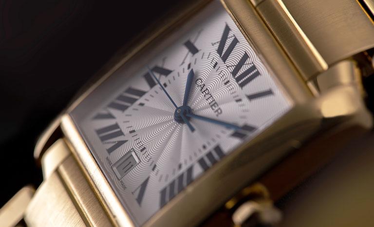 Un orologio Cartier Tank Francaise W50001R2 1840 in oro giallo con quadrante bianco