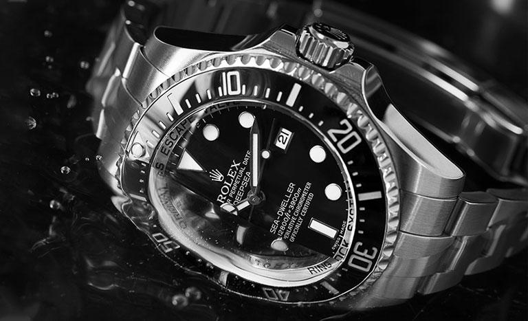 Rolex Sea-Dweller Deepsea halb im Wasser versunken