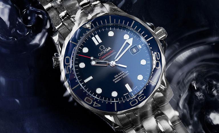 Omega Seamaster 300M mit blauem Zifferblatt unter Wasser