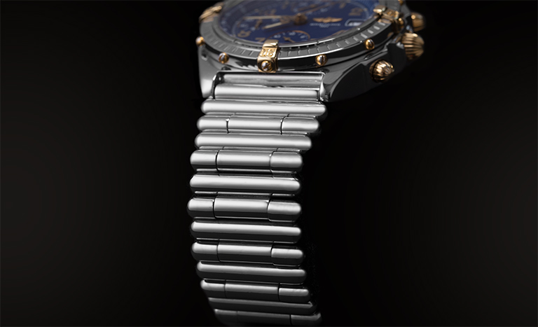 Bracciale della Breitling Chronomat B13050.1 con sfondo nero