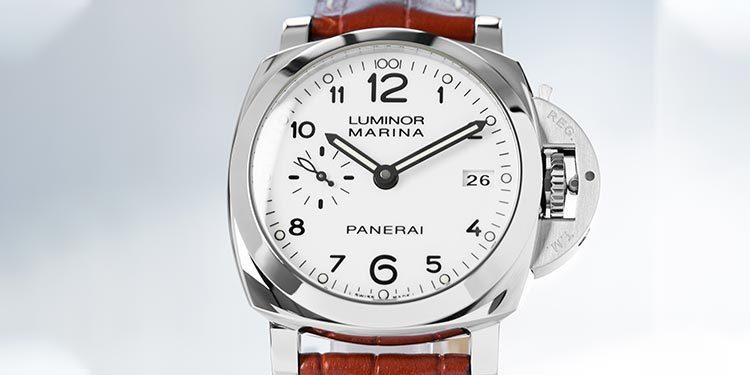 Cadran blanc d'une montre Panerai Luminor Marina avec boîtier en acier sur un bracelet en cuir brun