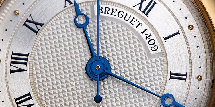 Silbernes Zifferblatt mit gebläuten Breguet-Zeigern einer Breguet Marine 8400SA/12/X40 Uhr