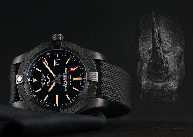 Schwarze Breitling Avenger Blackbird V1731010.BD12.100W.M20BASA.1 Uhr mit Nashorn im Hintergrund
