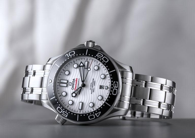 Montre de plongée Omega Seamaster Diver 300 M 210.30.42.20.04.001 avec cadran blanc et lunette noire