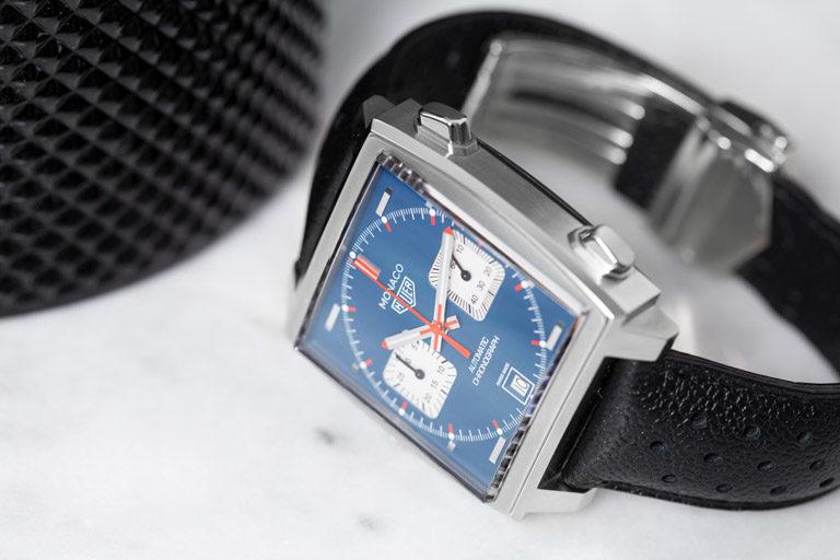 TAG Heuer Monaco CAW211P.FC6356 Uhr mit quadratischem Gehäuse und blauem Zifferblatt auf hellem Marmor