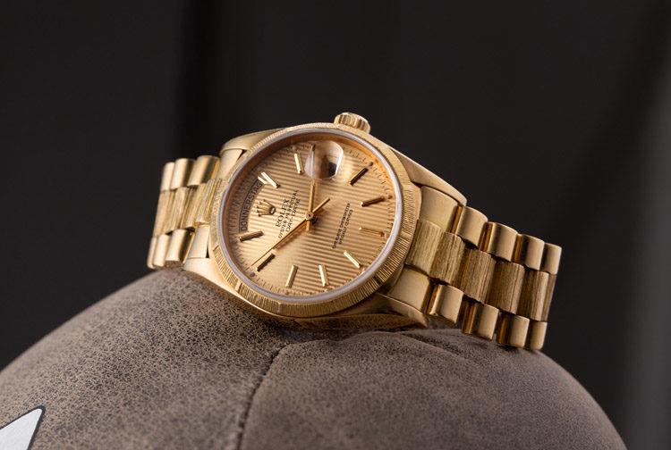 Montre Rolex Day-Date 18078 en or jaune avec cadran or sur gant de boxe brun