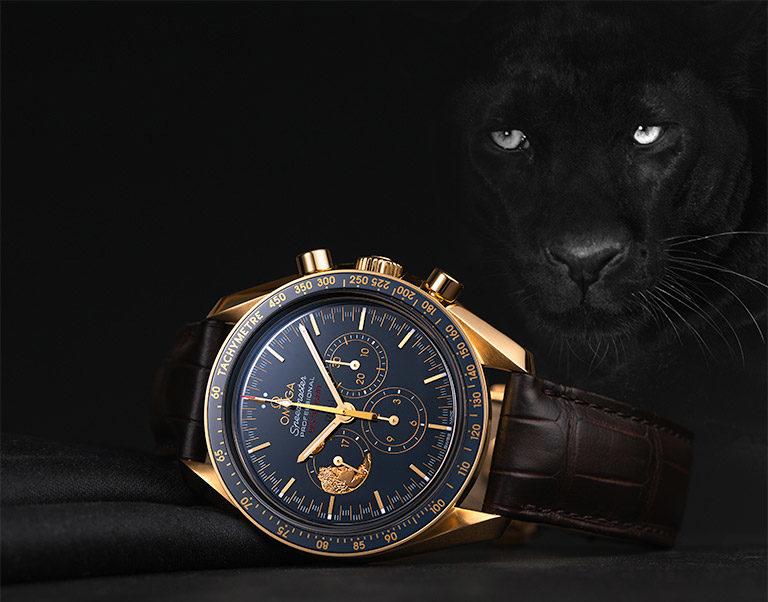 Omega Speedmaster Moonwatch Anniversary Limited Series 311.63.42.30.03.001 Uhr mit Roségold-Gehäuse und schwarzem Panther im Hintergrund