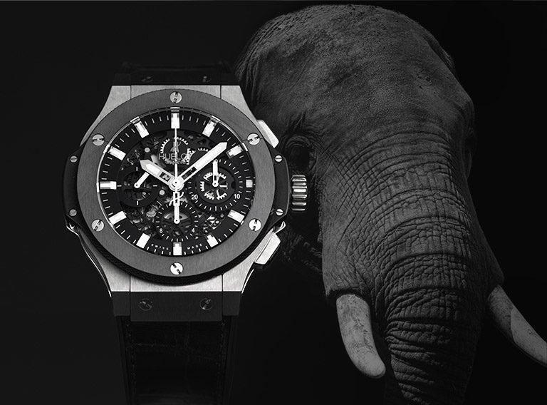 Hublot Big Bang Aero Bang Chronograph 311.KM.1170.LR.PSG14 Stahl-Uhr mit skelettiertem Zifferblatt und Elefant im Hintergrund