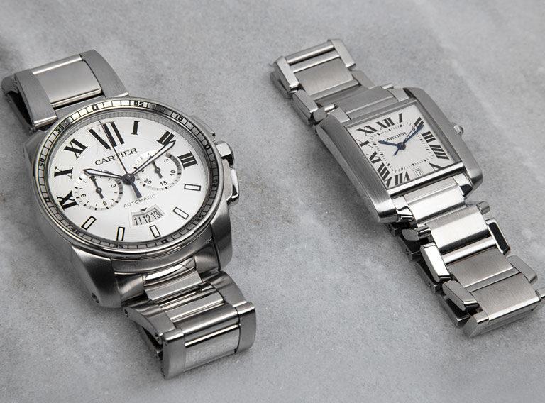 Calibre de Cartier W7100045 à côté de la montre Cartier Tank Française W51011Q3 2465 sur marbre gris